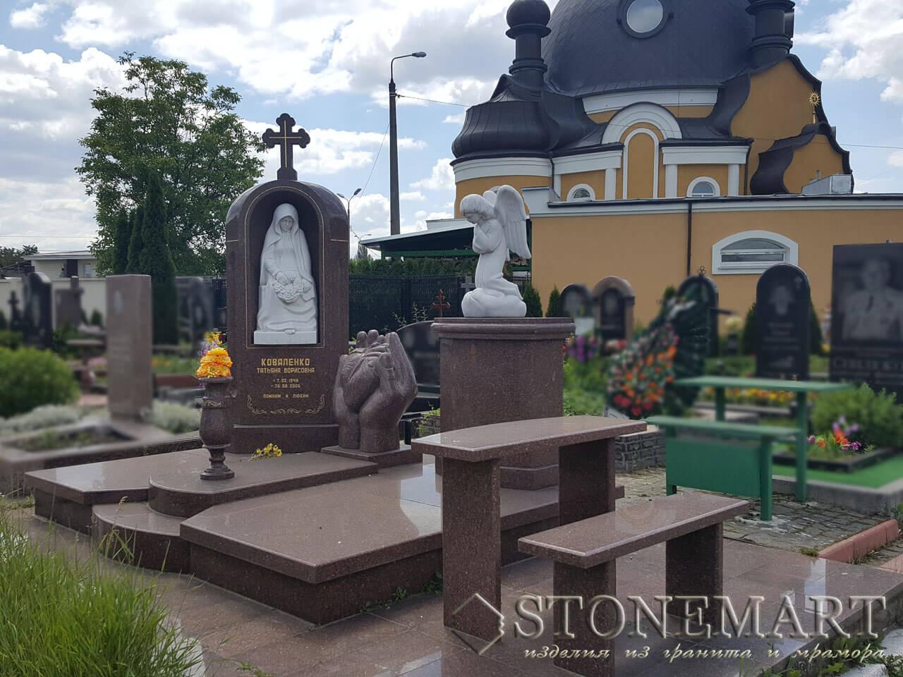 Мемориальный комплекс из гранита с мраморной скульптурой №4
