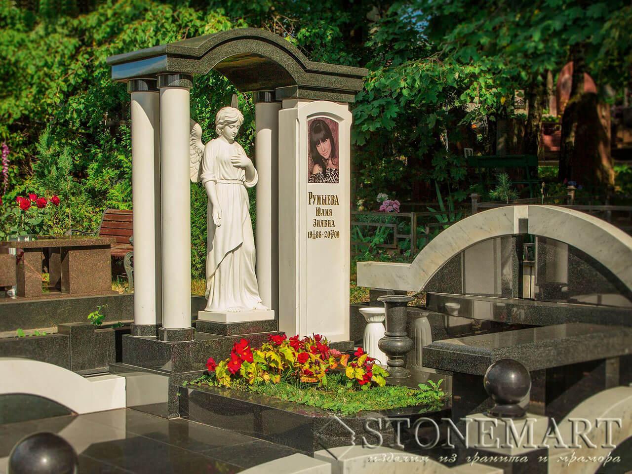 Мемориальный комплекс со скульптурой и колоннами №8
