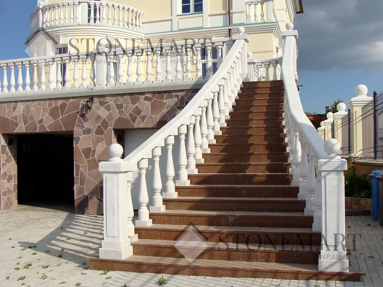 Гранитная лестница. Месторождение: Лезниковское. Цвет: красный