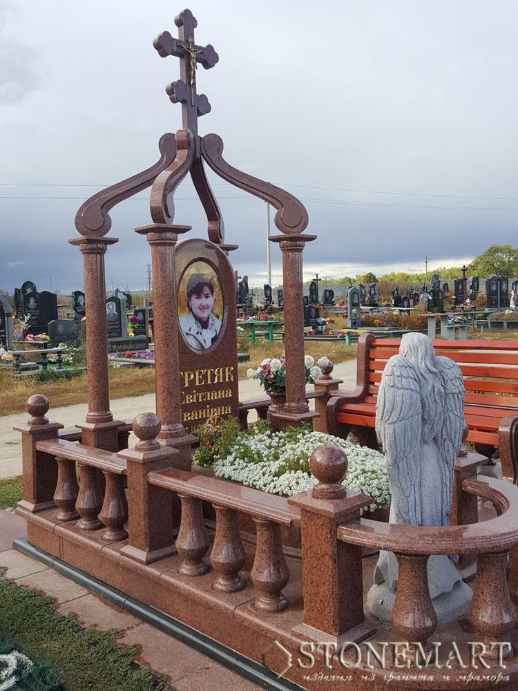 Мемориал из красного гранита с балясинами и скульптурой №17