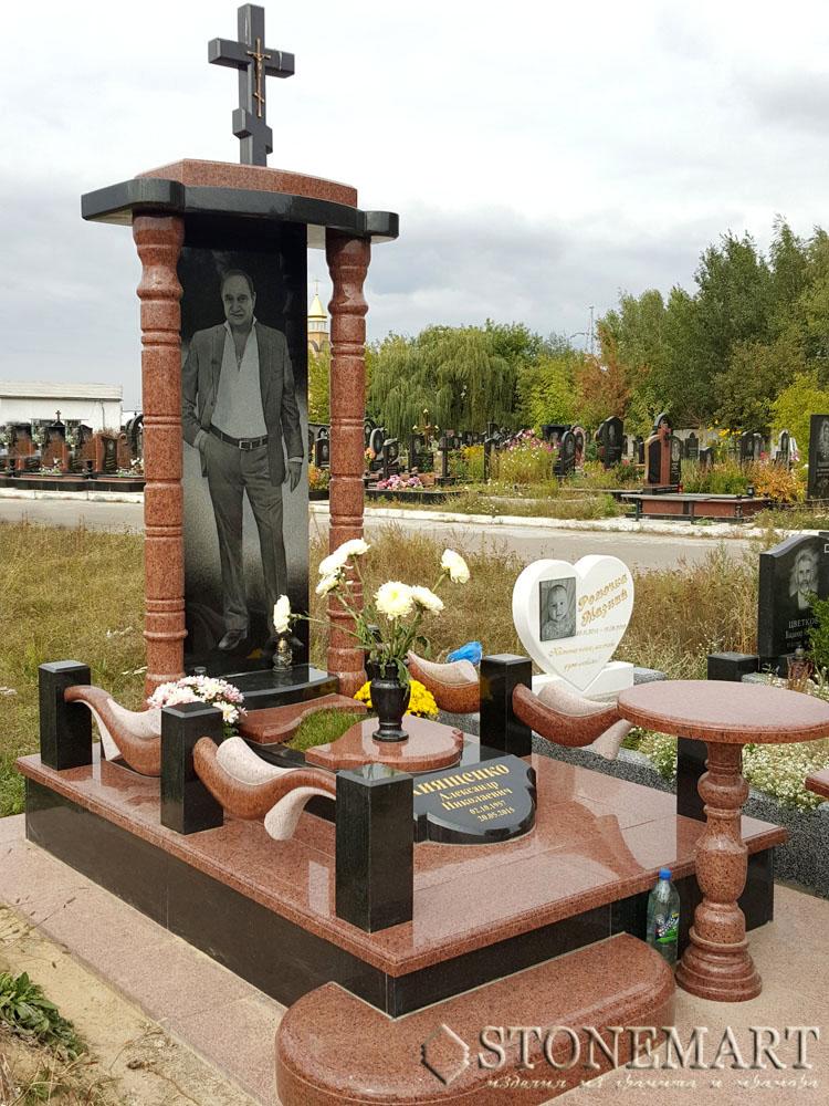 Памятник гранитный №18. Тип памятника: одинарный. Наименование камня: габбро буки (черный), лезниковский (красный).