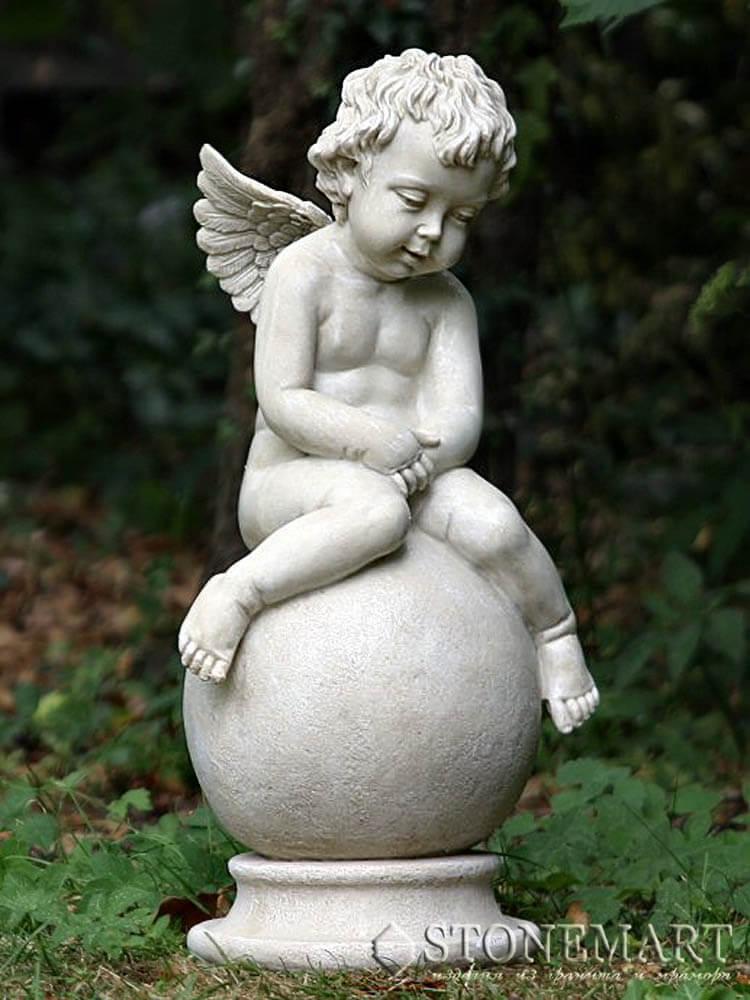 35. Скульптура ангела на шаре