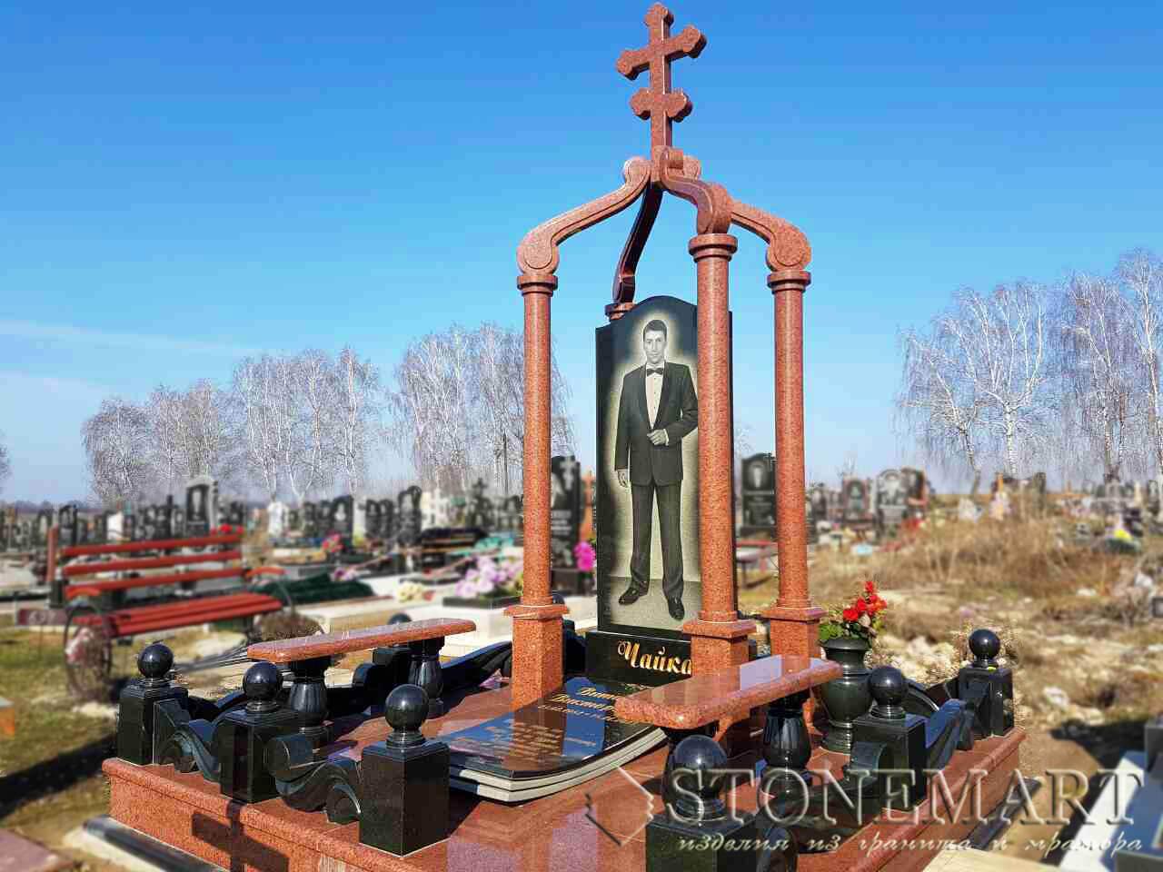 Памятник на кладбище с колоннами №41