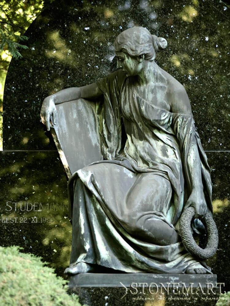 42. Скульптура Скорбящая дева