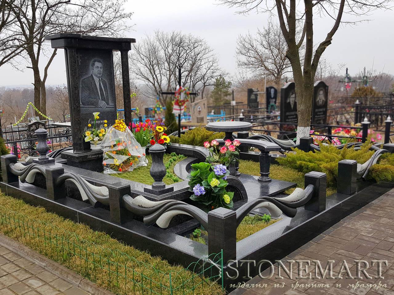 Мемориальный комплекс с резными цоколями №50