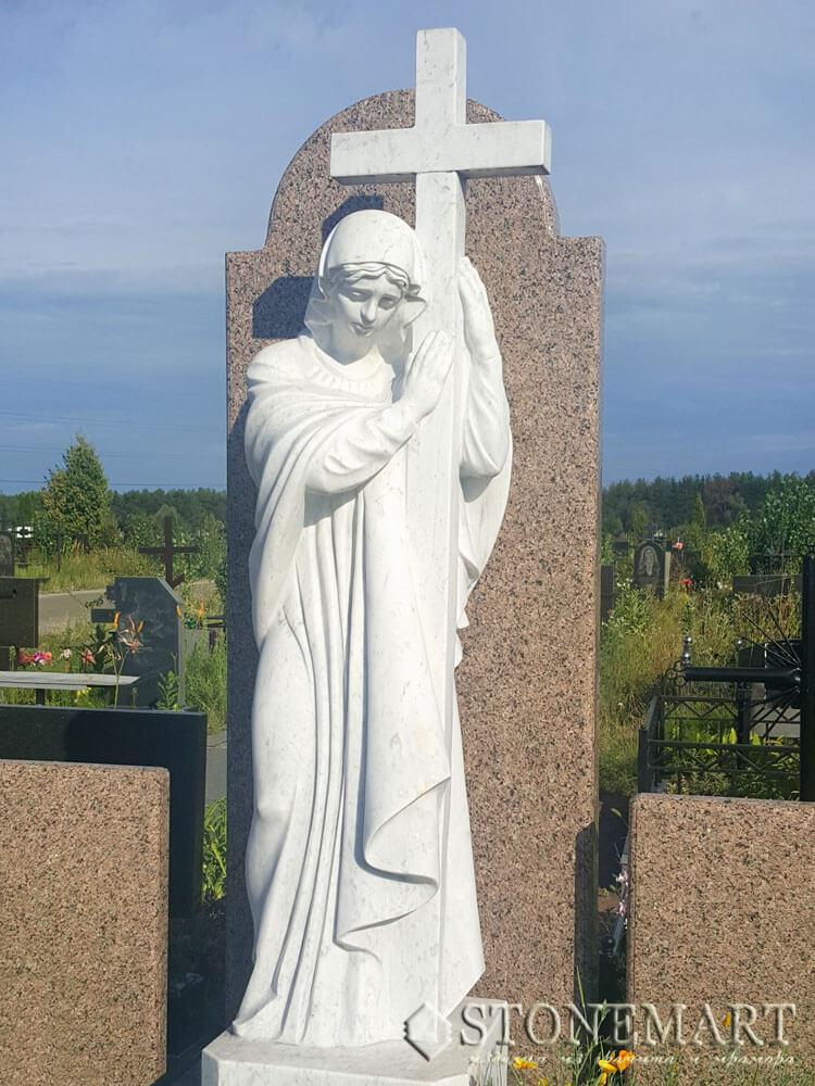 82. Скульптура с крестом