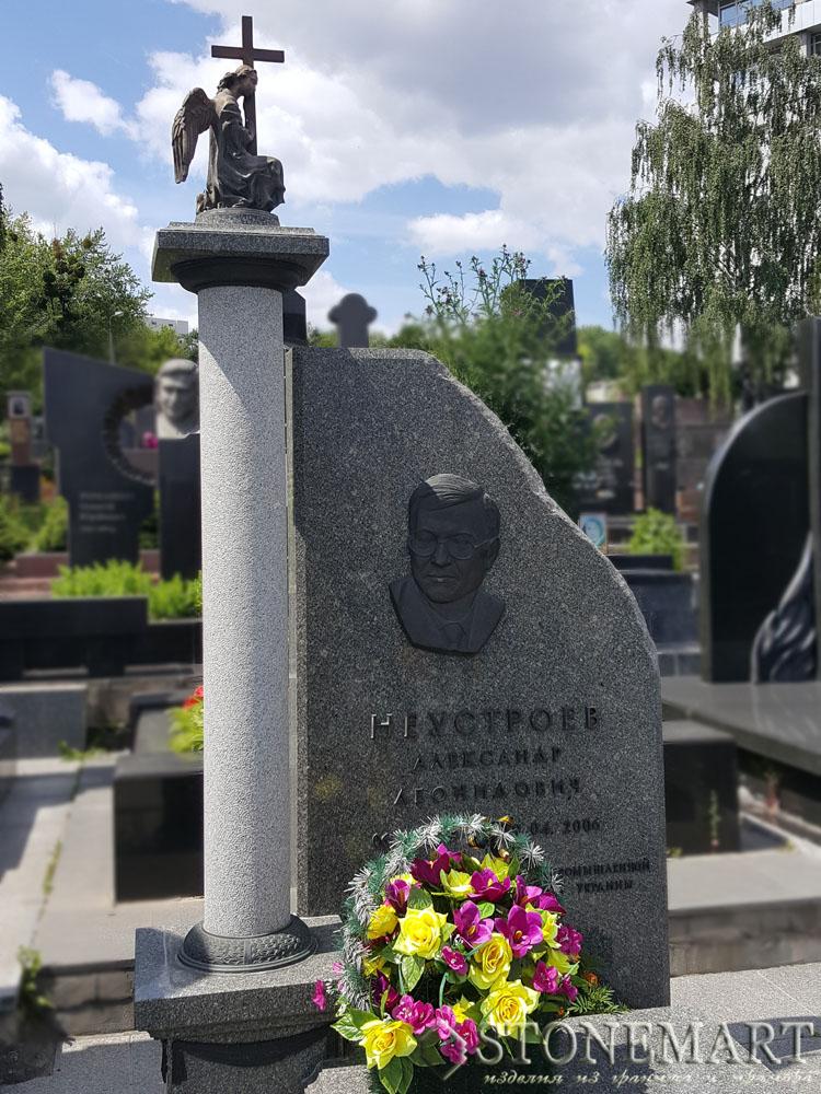 2. Памятник с колонной