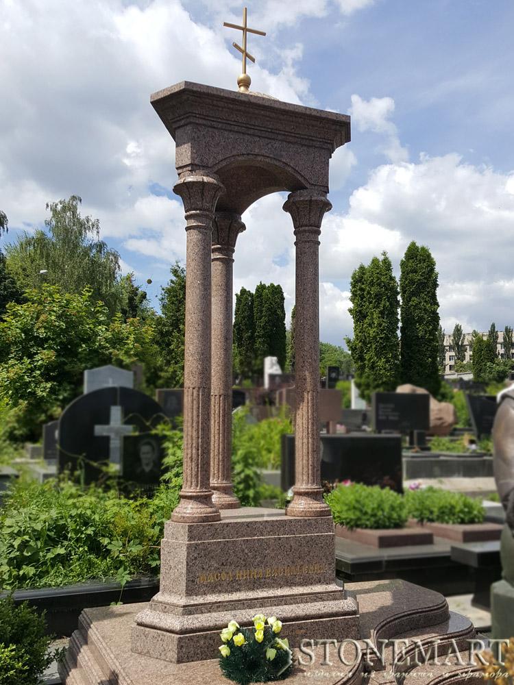 3. Мемориал с колоннами
