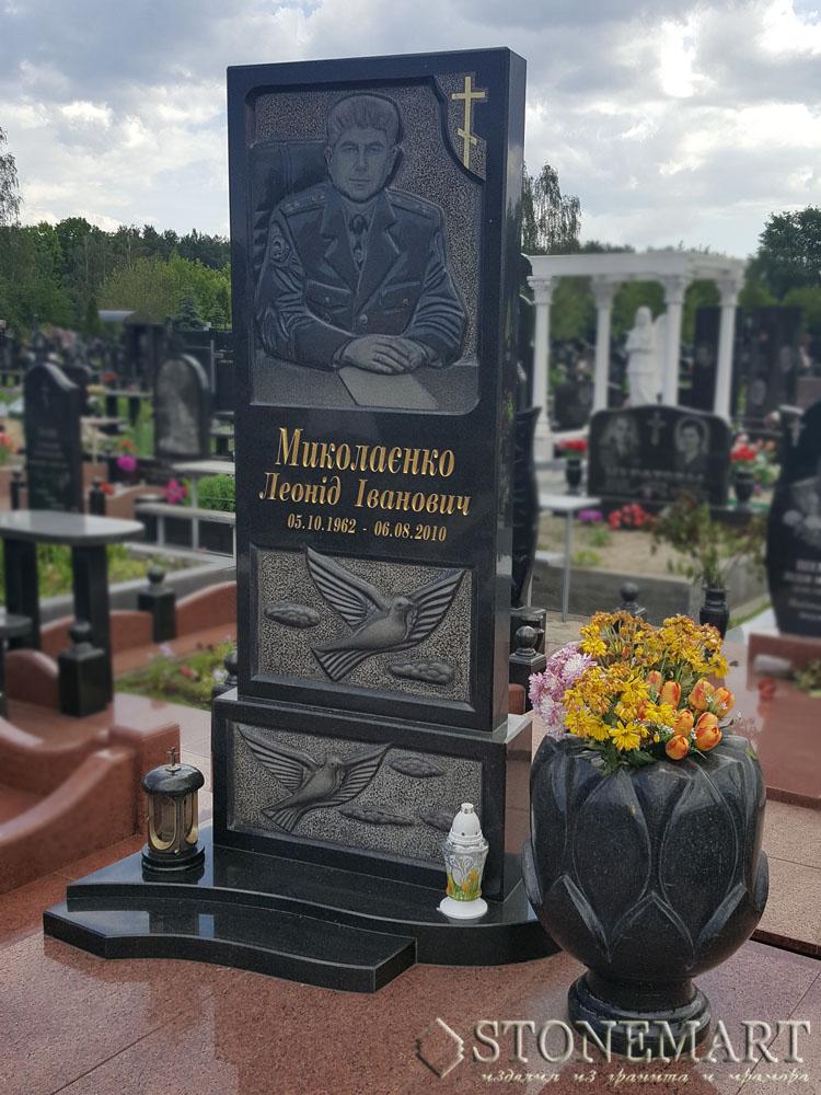 7. Памятник с большой вазой