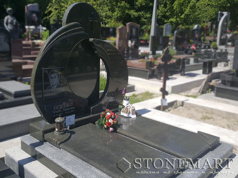 Памятник из гранита №8. Наименование гранита: габбро буки(черный), покостовский(серый).