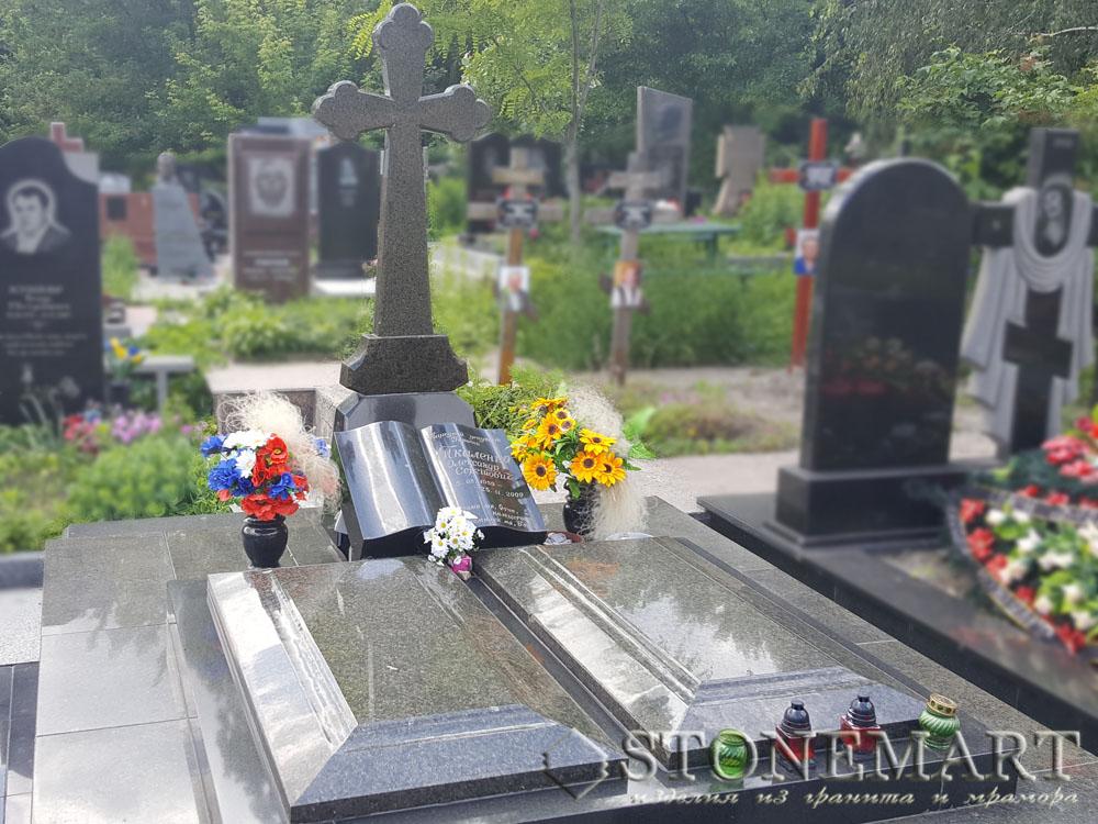 Памятник с крестом №12. Камень: гранит. Наименование: маславский. Цвет: темно-зеленый.