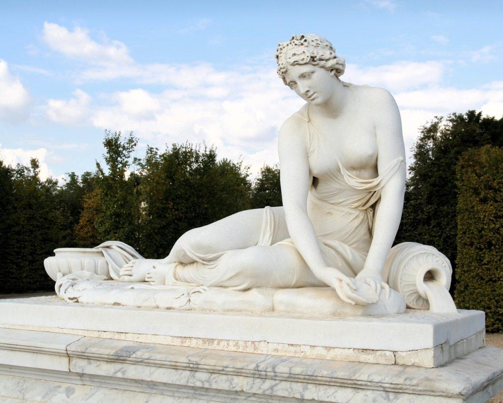 Старинная скульптура из мрамора