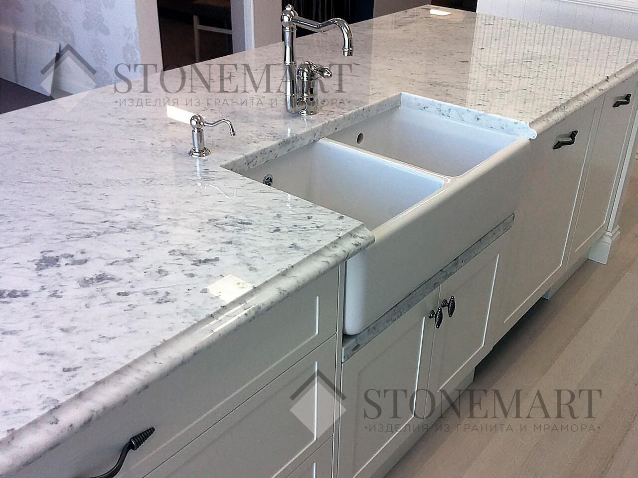 Столешница из мрамора Bianco Carrara (Италия). Цвет: белый (светло-серый) с темными прожилками и вкраплениями разных размеров.