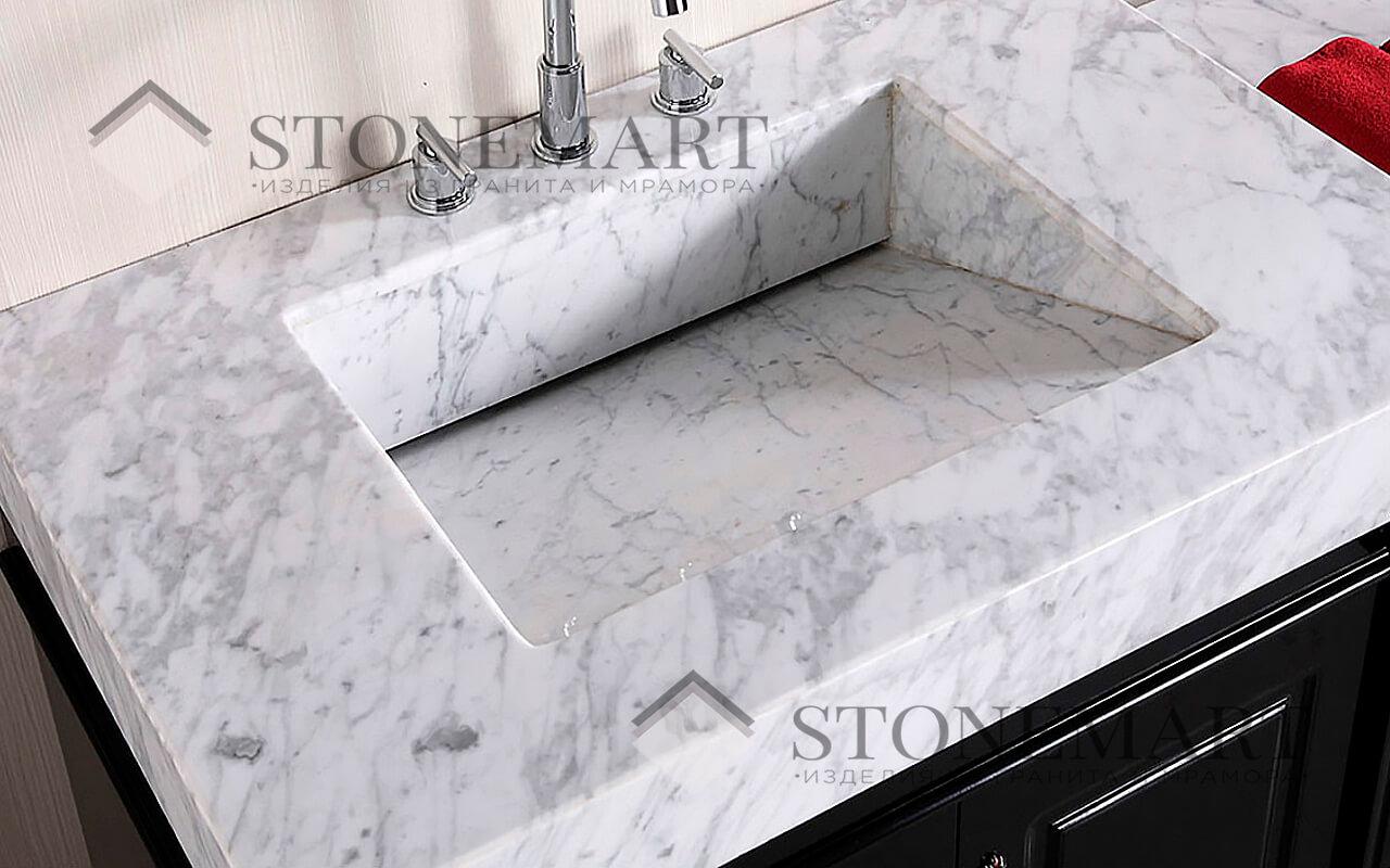 Мойка из мрамора Bianco Carrara (Италия). Цвет: белый (светло-серый) с темными прожилками и вкраплениями разных размеров.