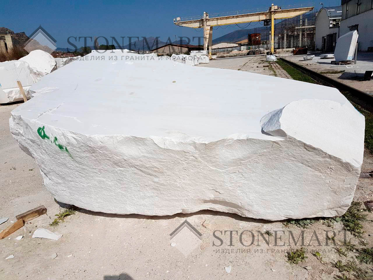 Мраморный блок Sivec. Цвет: белый. Используется для изготовления скульптур и декоративных изделий благодаря легкой обработке и устойчивости к истиранию и влаге