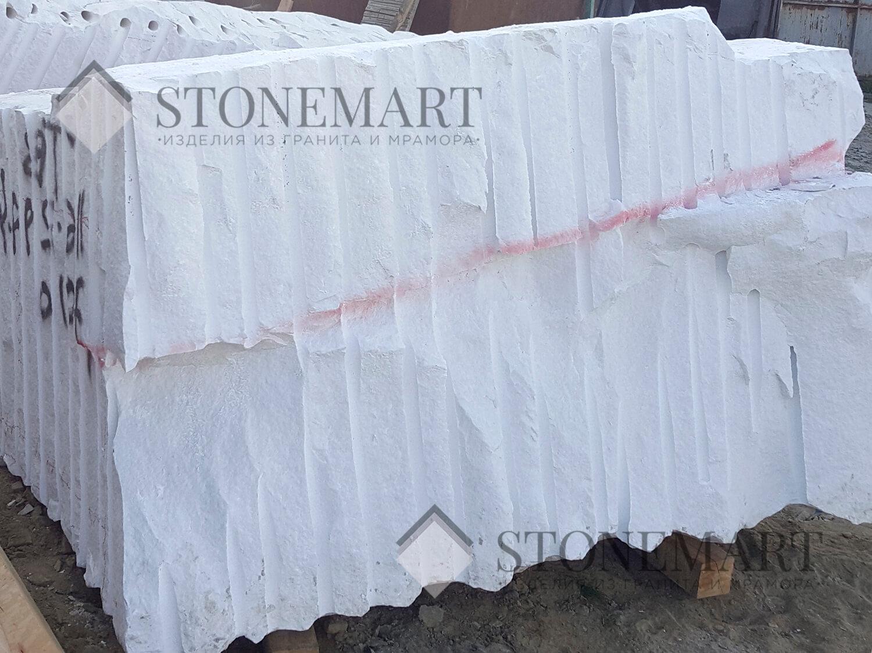 Блок из мрамора. Наименование: Sivec. Цвет: белый. Используется для изготовления скульптур и декоративных изделий благодаря легкой обработке и устойчивости к истиранию и влаге