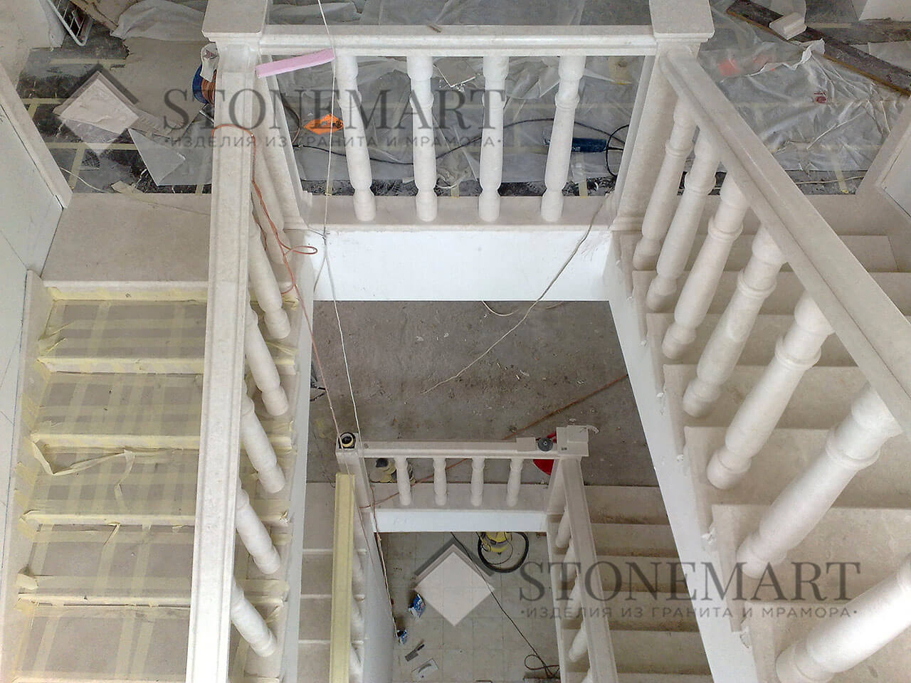 Лестница из мрамора изготовлена и смонтирована мастерами компании Stonemart