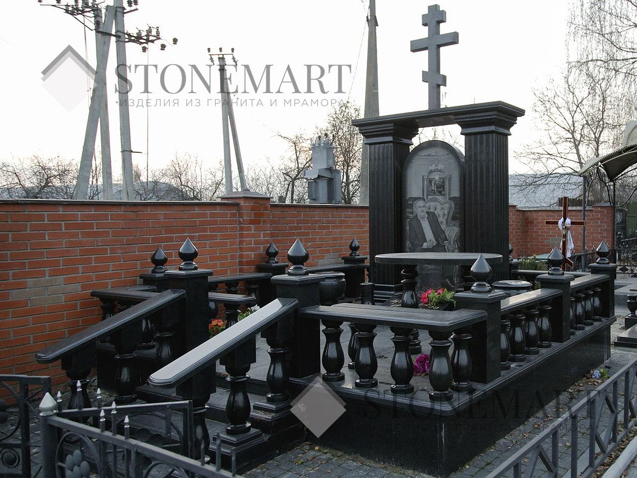 Памятник из гранита №5. Изготовлен мастерами компании Stonemart из гранита украинского месторождения.