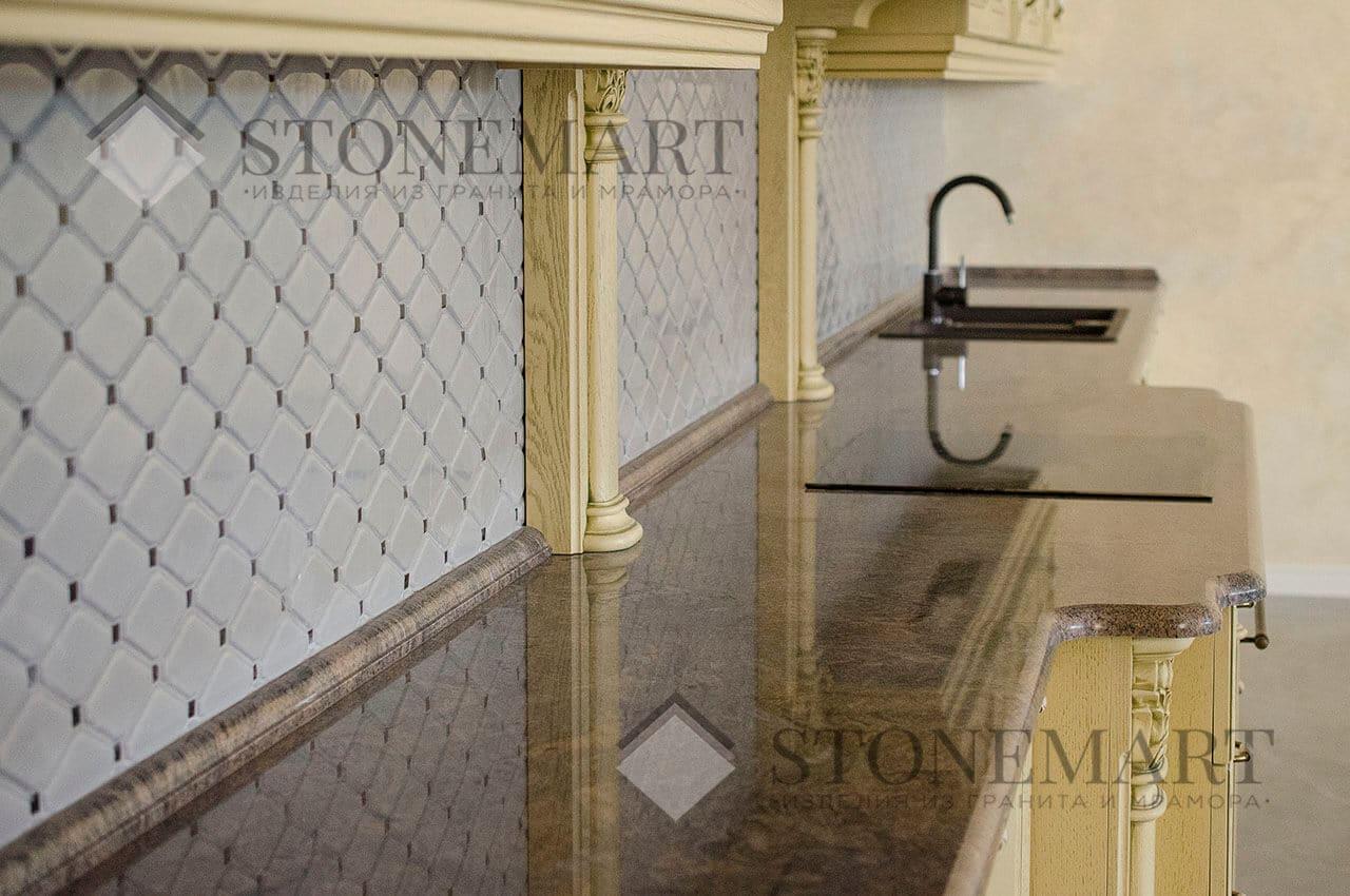 Столешница из гранита Paradiso изготовлена и установлена мастерами компании Stonemart в г. Киеве. Камень обладает уникальным рисунком с коричневыми, золотыми и серебристыми прожилками по всей поверхности.